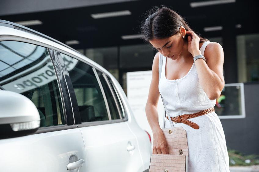 Een jonge vrouw heeft al haar sleutels verloren